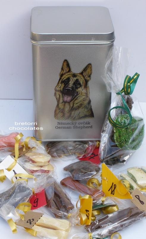 Německý ovčák - adventní kalendář pro psy 33 kusů pamlsků / 550 g
