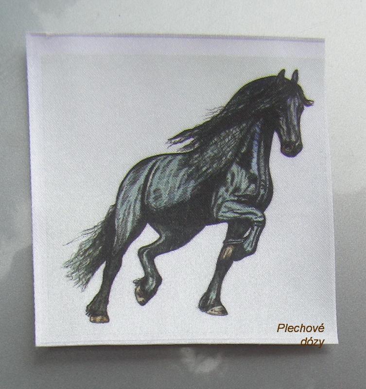 Nažehlovací etiketa - fríský kůň